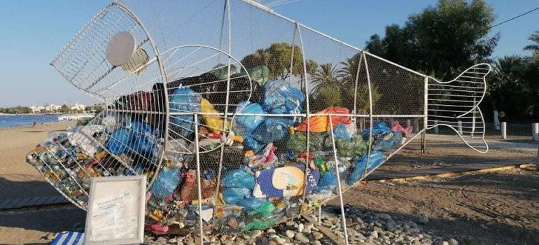 Σκουπίδια 2.308 κιλών συγκεντρώθηκαν στις δύο εικαστικές κατασκευές στην παραλία της Γεροσκήπου